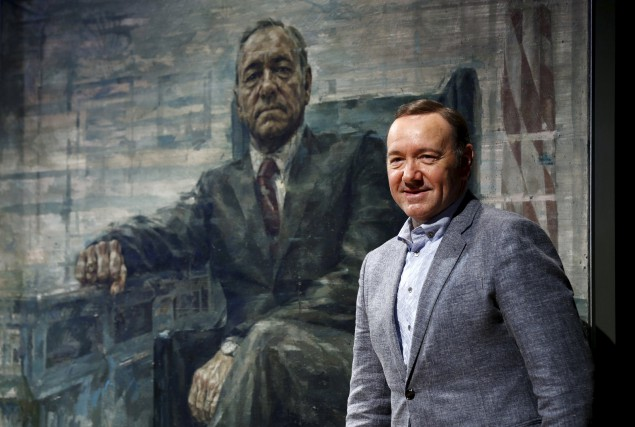 Kevin Spacey devant le portrait de son personnage... (PHOTO REUTERS)