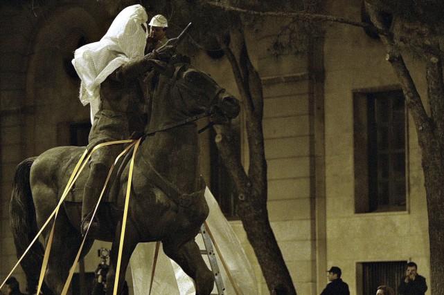 Une des statues de Franco démantelée à Madrid... (AFP, Bru Garcia)