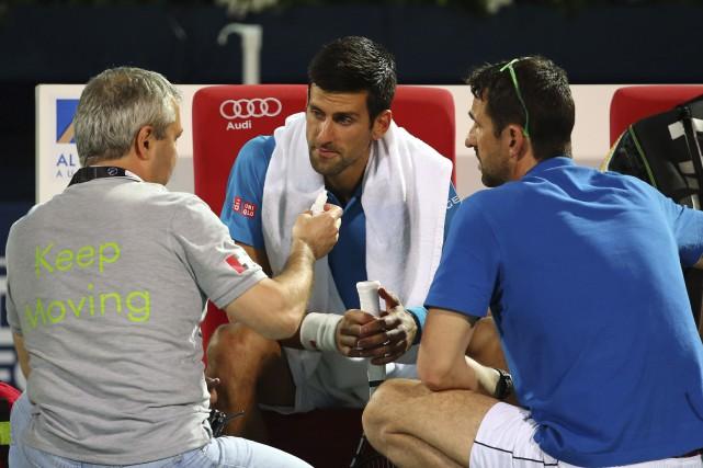 Novak Djokovic a demandé l'aide du médecin, mais... (AFP, Marwan Naamani)