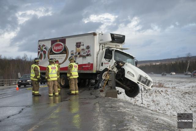Un camion cube s'est retrouvé entre ciel et... (La Tribune)