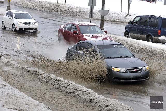 La pluie a compliqué la vie de quelques... (Photo Le Quotidien, Rocket Lavoie)