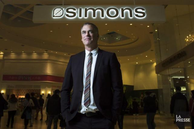 Peter Simons pose devant la nouvelle succursale qui... (La Presse Canadienne, Nathan Denette)