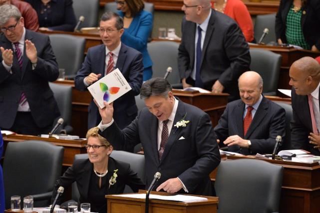 Le ministre ontarien des Finances Charles Sousa.... (PHOTO NATHAN DENETTE, LA PRESSE CANADIENNE)