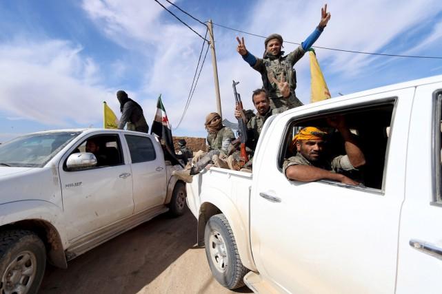 Des combattants des Forces démocratiques de Syrie et... (PHOTO RODI SAID, ARCHIVES REUTERS)