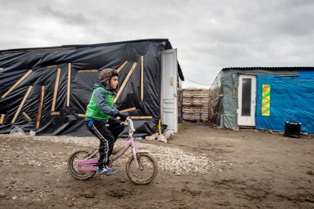 Des centaines de mineurs non accompagnés vivent dans... (PHOTO PHILIPPE HUGUEN, ARCHIVES AFP)
