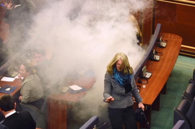 Les élus de l'opposition ont lancé vendredi du... (PHOTO ARMEND NIMANI, AFP)