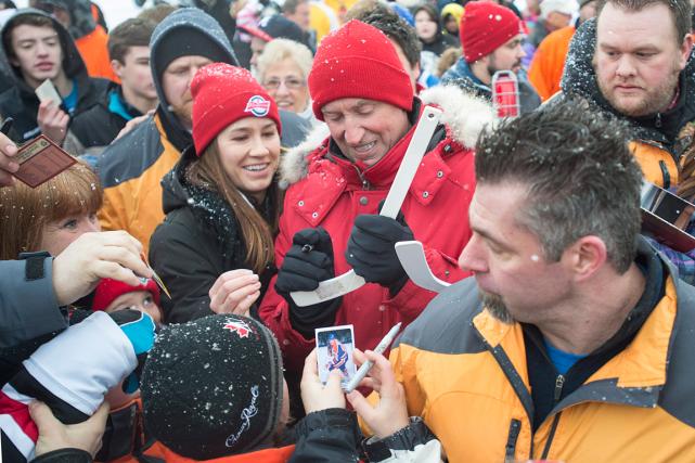 Wayne Gretzky a signé des autographes alors qu'il... (Photo Andrew Vaughan, PC)