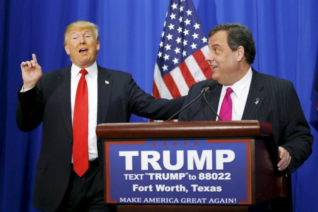 Le gouverneur du New Jersey Chris Christie (à... (PHOTO MIKE STONE, REUTERS)