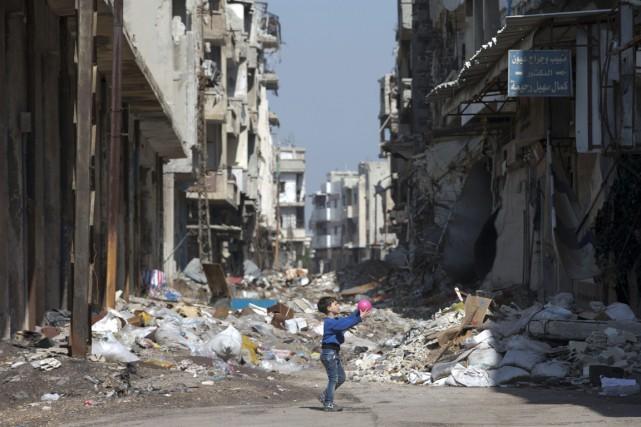 Un garçonnet joue à la balle au milieu... (Photo Hassan Ammar, AP)