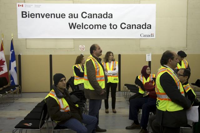 Des travailleurs diu ministère canadien de l'Immigration se... (PHOTO CHRISTINNE MUSCHI, REUTERS)