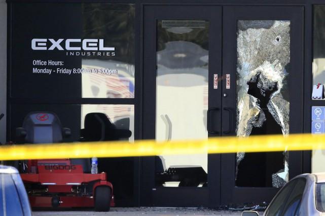 Les trois personnes tuées au Kansas jeudi travaillaient... (AP, Orlin Wagner)