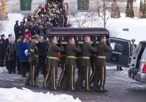 Mille policiers, parents, amis et dignitaires étaient réunis... (Photo La Presse Canadienne, Jacques Boissinot)