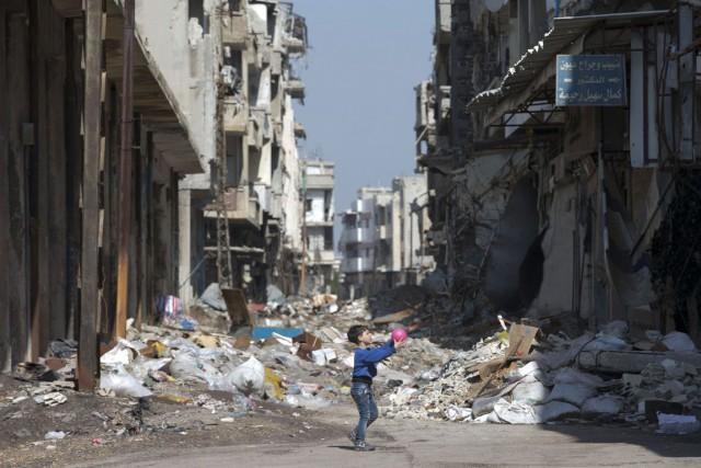 Un garçonnet joue à la balle au milieu... (Hassan Ammar, AP)