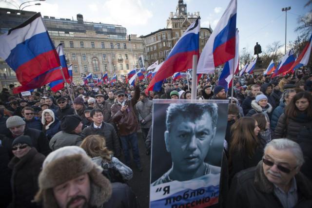 Les manifestants scandaient des slogans contre le président... (Photo Ivan Sekretarev, AP)