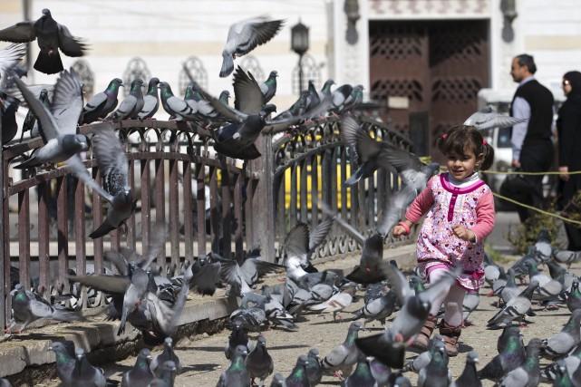 Une jeune Syrienne profite de la trêve à... (AP, Hassan Ammar)