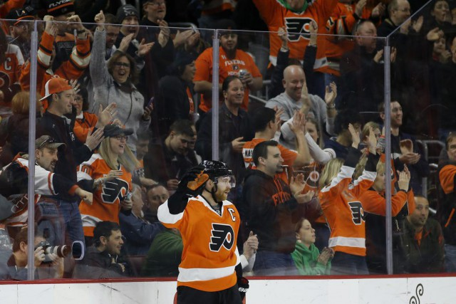 Claude Giroux a obtenu son 500e point de sa carrière... (PHOTO MATT SLOCUM, AP)