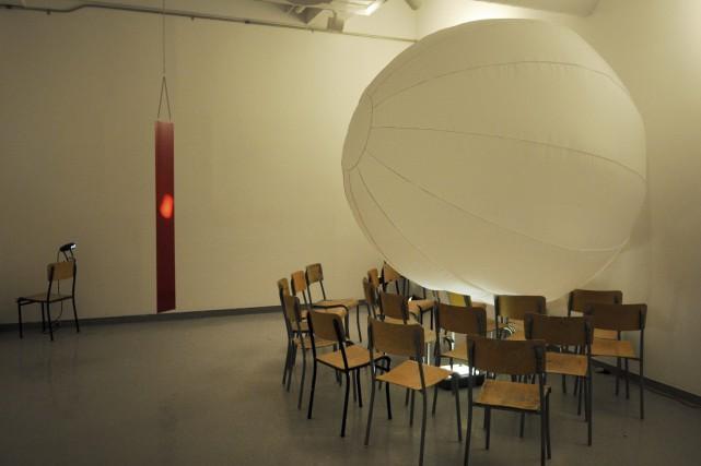 Un objet rectangulaire suspendu au plafond rouge attire... (Photo Le Progrès-Dimanche, Mariane L. St-Gelais)