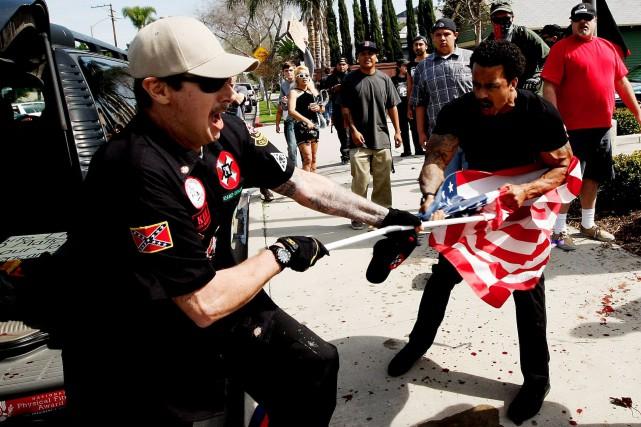 Un membre du Ku Klux Klan (à gauche)... (AP, Luis Sinco/Los Angeles Times)