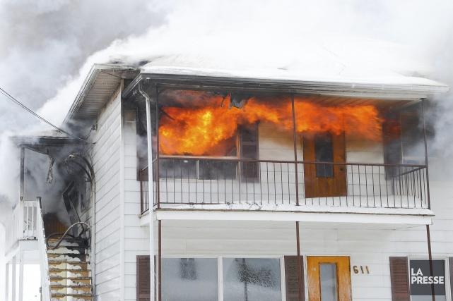 En milieu d'après-midi, un incendie a fait une... (Photo Le Progrès-Dimanche, Gimmy Desbiens)