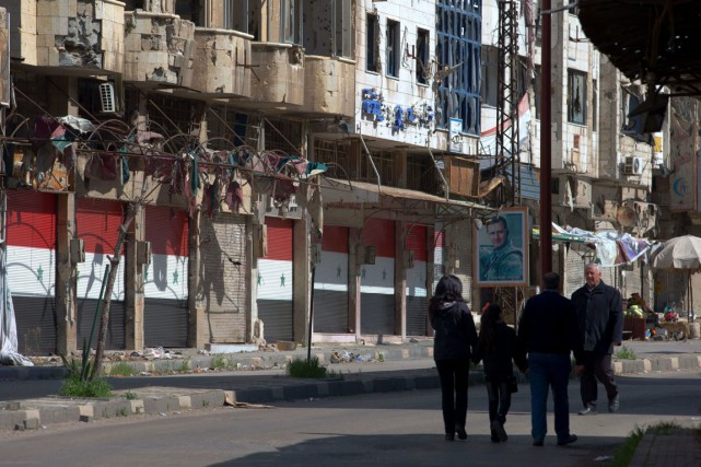 Dans les grandes villes, les habitants sont sortis... (PHOTO Hassan Ammar, AP)