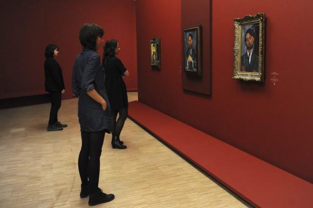 Des femmes regardent des toiles d'Amedeo Modigliani exposées... (PHOTO FRANCOIS LO PRESTI, AFP)