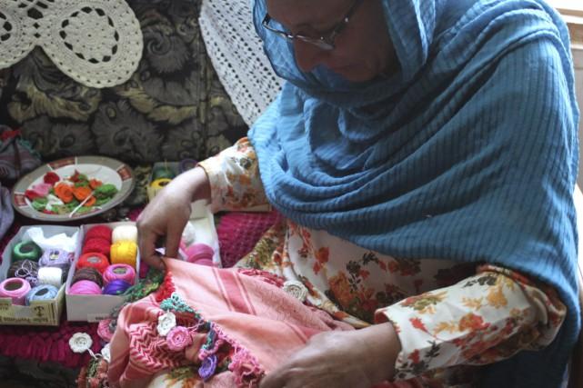 Une femme deChitral au Pakistanbrode un foulard. Grâce... (AFP)