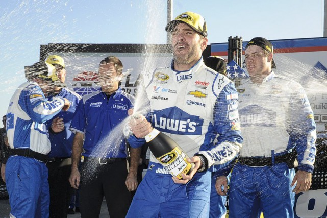 Jimmie Johnson célèbre sa victoire.... (PHOTO AP)