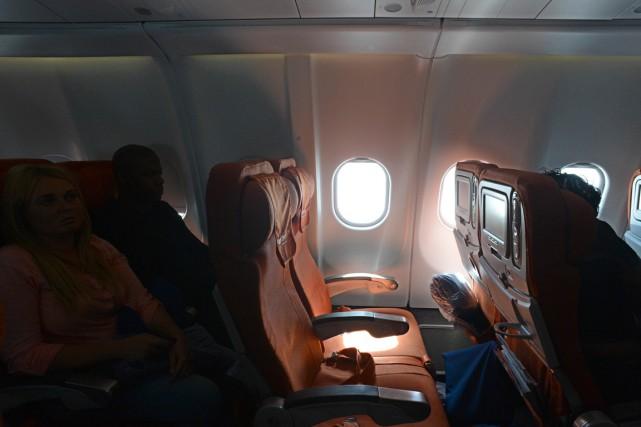La taille des sièges d'avions commerciaux au Canada devrait être réglementée,... (Photo AFP)