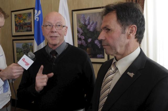 Le maire de Saint-Mathieu-du-Parc, Claude McManus, et le... (Sylvain Mayer)