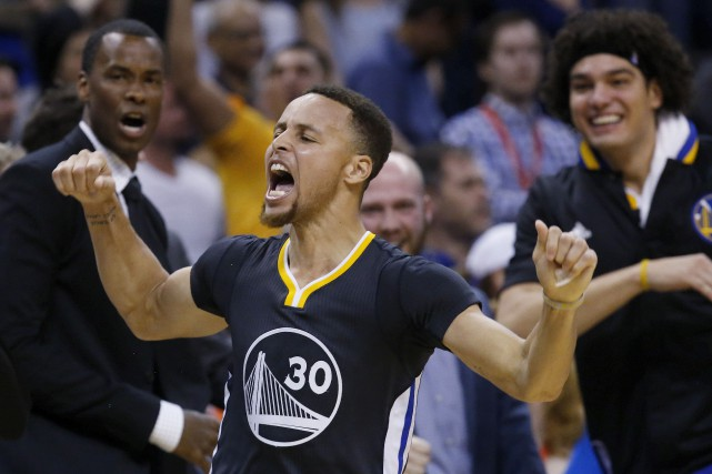 Stephen Curry des Warriors célèbre son trois points... (AP, Sue Ogrocki)