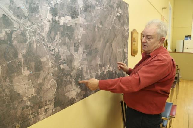 Charles Barbeau pointe de la main gauche l'emplacement... (Janick Marois)