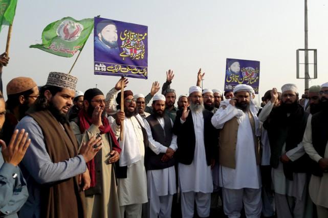 Des partisans deMumtaz Qadrise sont rassemblés devant sa... (PHOTO REUTERS)