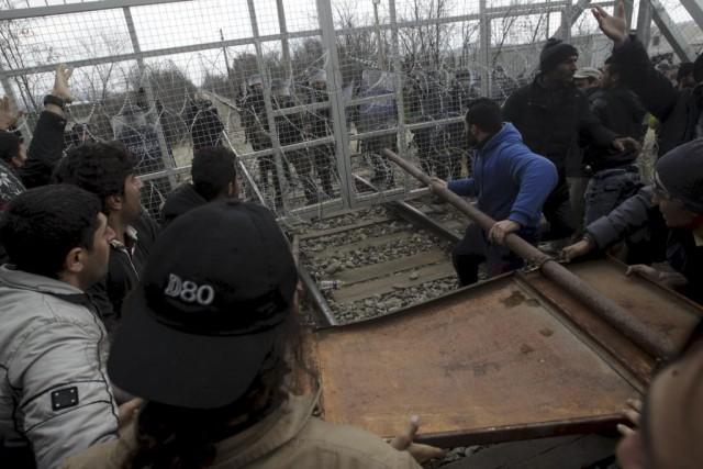 Certains des migrants ont jeté des pierres contre... (PHOTO ALEXANDROS AVRAMIDIS, REUTERS)