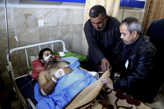 Une victime de l'attentat à la bombe reçoit... (PHOTO KARIM KADIM, AP)