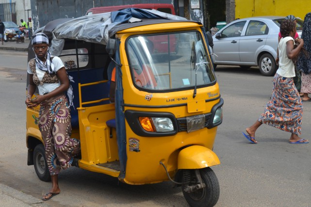 Un tuk-tuk à Monrovia.... (PHOTO AFP)