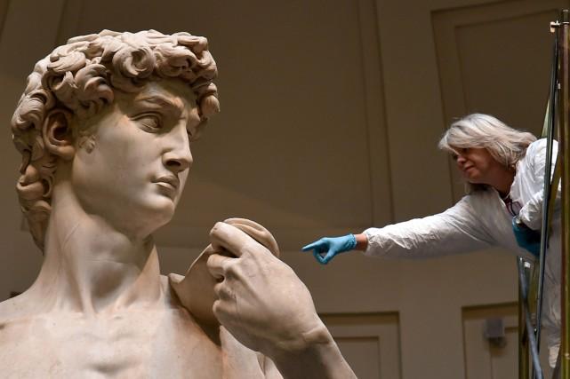 Le célèbre David de Michel-Ange a bénéficié lundi d'une séance de nettoyage... (PHOTO AFP)