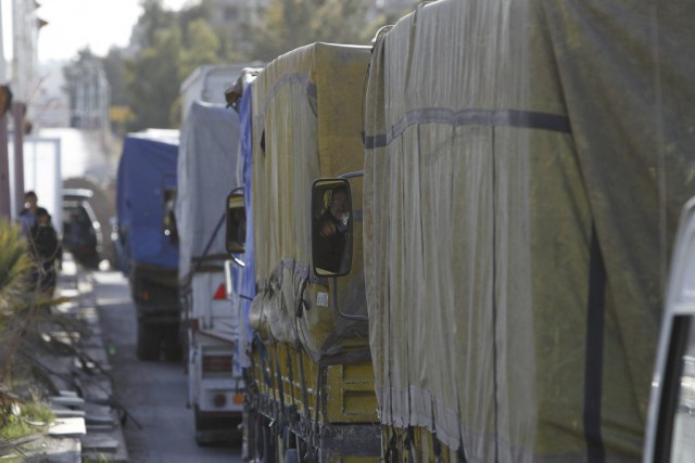 Un convoi transportant des biens humanitaires se dirigeant... (PHOTO OMAR SANADIKI, ARCHIVES REUTERS)