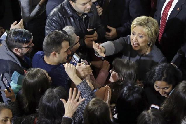 Hillary Clinton a pris un bain de foule... (AP, Elise Amendola)