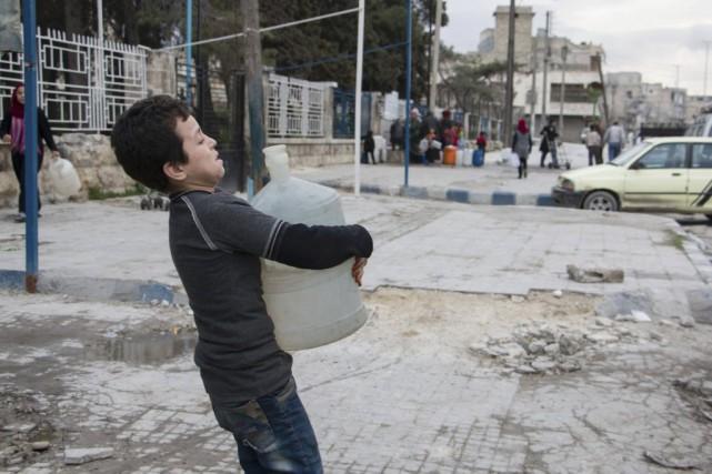 Les féroces combats dans cette ville divisée depuis... (PHOTO KARAM AL-MASRI, AGENCE FRANCE-PRESSE)