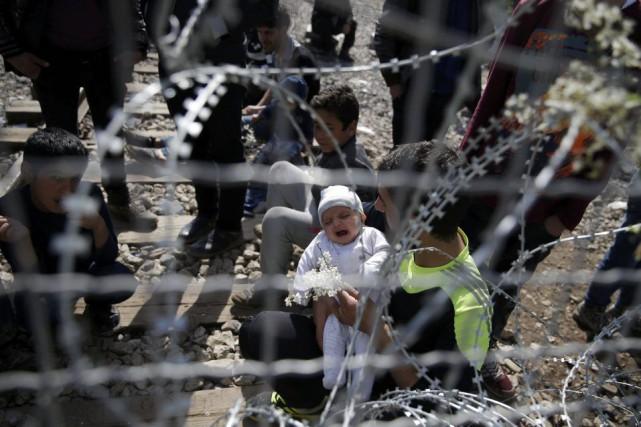 Des migrants près de la frontière entre la... (PHOTO MARKO DJURICA, REUTERS)