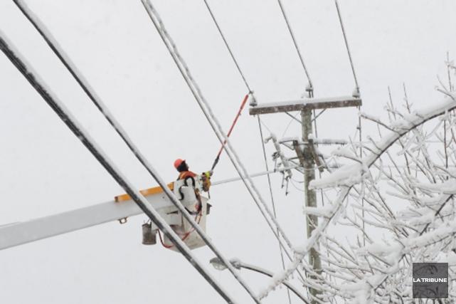 Des clients d'Hydro-Québec étaient privés de courant, dans la nuit de lundi à... (Archives La Tribune)