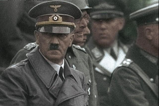 Hitler et ses généraux lors du défilé de... (PHOTO FOURNIE PAR TV5)