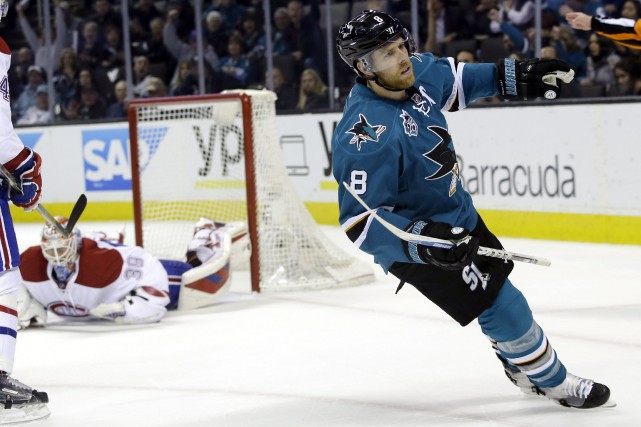 Joe Pavelski (8) a déjoué Mike Condon en... (Associated Press, Marcio Jose Sanchez)