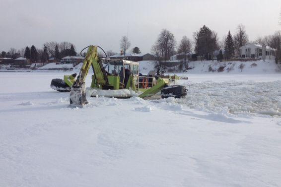 L'excavatrice flottante en action sur la rivière Saint-François.... (Photo fournie par Éco technologies)