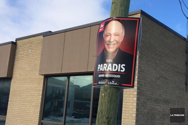 La pancarte du député Denis Paradis de trouve... (La Tribune, Claude Plante)