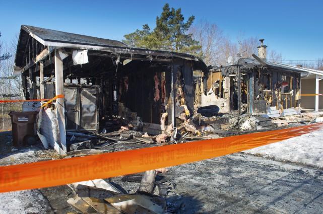 Le feu a complètement détruit la maison unifamiliale... (Spectre, Jessica Garneau)