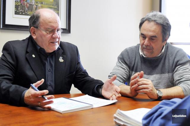 Lucien Boivin, maire de Saint-Prime, et Jean Simard,... (Photo Le Quotidien, Jeannot Lévesque)
