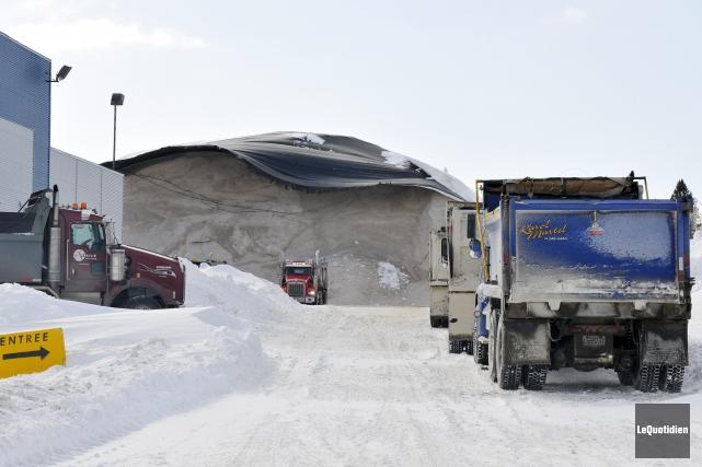 L'amoncellement de sel de déglaçage a une hauteur... (Photo Le Quotidien, Jeannot Lévesque)