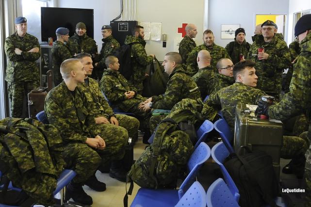 Une trentaine de militaires de la Base des... (Photo Le Quotidien, Mariane L. St-Gelais)