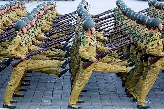 Des soldats de la Corée du Nord paradent... (Photo Wong Maye-E, AP)
